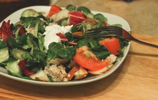 Витаминный салат из курицы и овощей