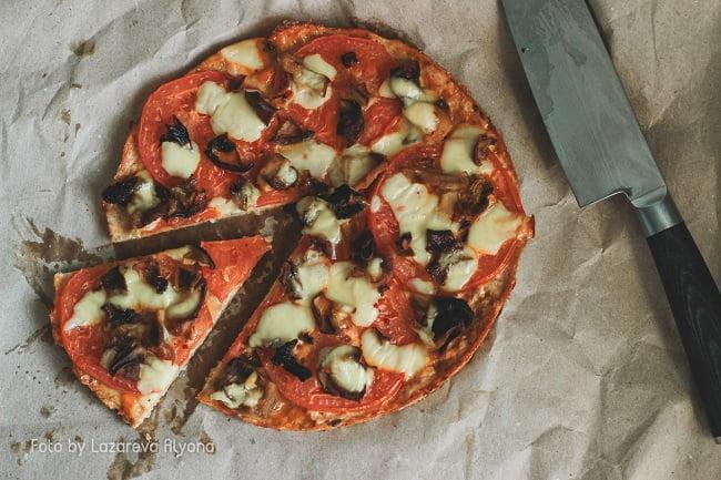 Полезная диетическая пицца с сыром и грибами