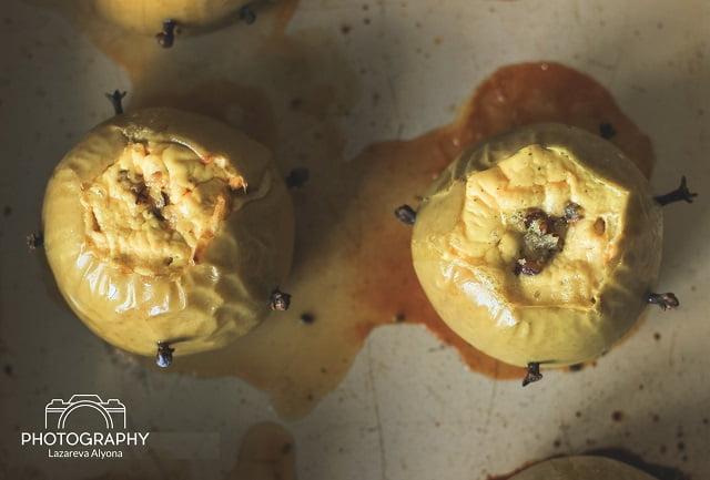 Печёные яблоки с творожной пряной начинкой