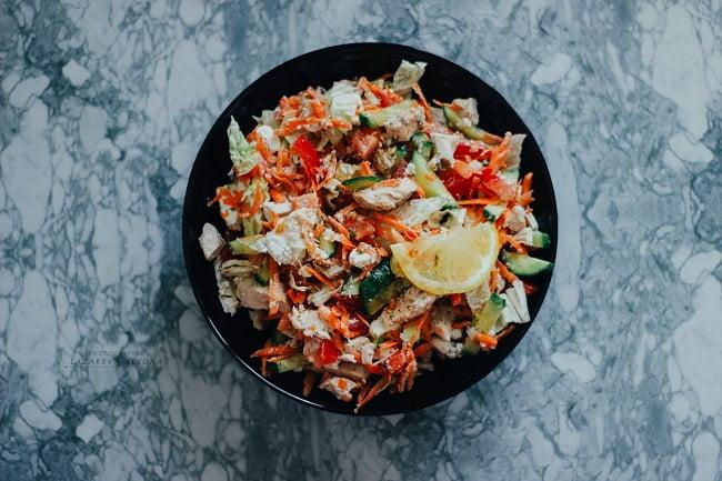 Салат из свежих овощей с курицей и рассольным сыром