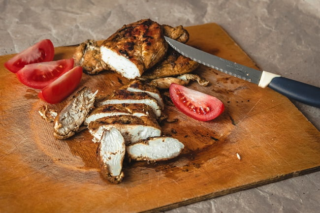 Сочная куриная грудка в луково-соевом соусе с травами