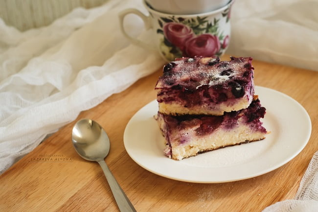 Мартовский творожный пирог с ягодами