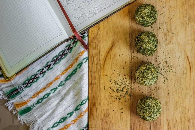 Куриные шарики с мягким сыром в обвалке из сушеной зелени