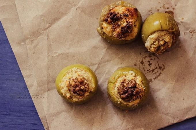 Печеные яблоки с творожно-ореховой начинкой