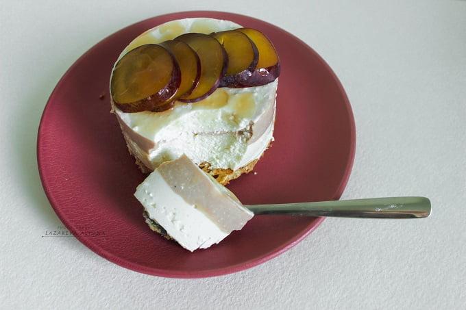 Слоёное творожное пирожное с какао и сливами