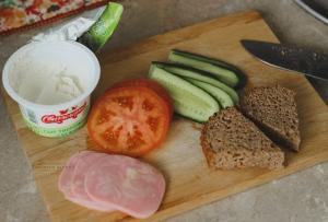 режем ингредиенты для сэндвича